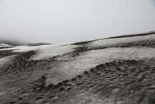 Snow in frozen rocky landscapeの写真素材 [FYI03498426]