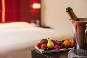 Fruit plate and champagne in hotel roomの写真素材 [FYI03498487]