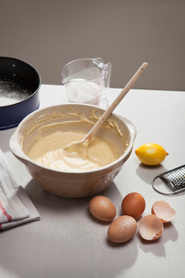 Eggshells, flour, lemon and batterの写真素材 [FYI03498497]