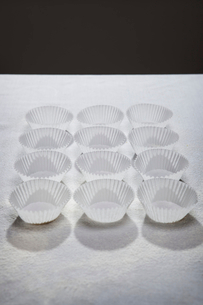 Neatly arranged cupcake wrappersの写真素材 [FYI03498500]