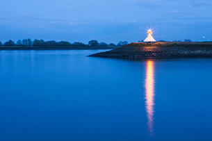 Monument by river lit up at nightの写真素材 [FYI03498531]