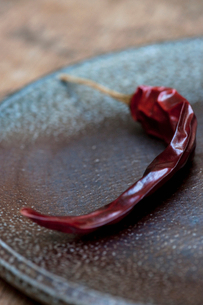 Close up of dried red chili on plateの写真素材 [FYI03498539]