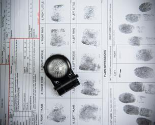 Loupe over fingerprints on arrest formの写真素材 [FYI03498622]