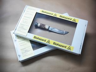 Knife in forensic biohazard boxの写真素材 [FYI03498625]
