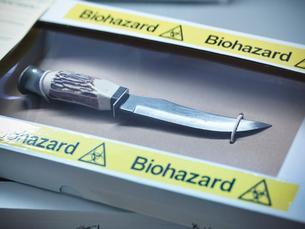 Knife in forensic biohazard boxの写真素材 [FYI03498626]