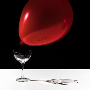 Balloon hovering over broken glassの写真素材 [FYI03498684]