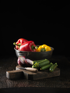 Cucumbers, onion and bell peppersの写真素材 [FYI03498696]