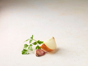 Close up of onion, garlic and parsleyの写真素材 [FYI03498714]
