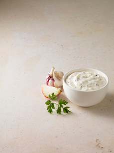 Bowl of onion garlic dipの写真素材 [FYI03498715]
