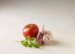 Close up of tomato, garlic and parsleyの写真素材 [FYI03498727]