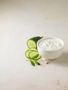 Bowl of tzatziki with cucumberの写真素材 [FYI03498733]