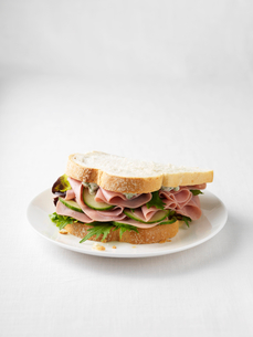 Ham and cucumber sandwich on plateの写真素材 [FYI03498734]