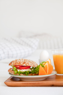 Tray of breakfast food on bedの写真素材 [FYI03498738]