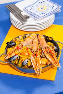 Pan of craw fish paellaの写真素材 [FYI03498775]
