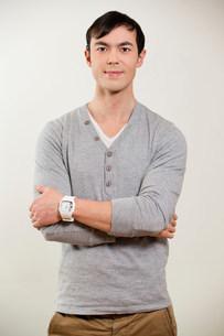 Portrait of young man wearing grey jumperの写真素材 [FYI03498884]