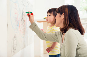 Mother and toddler drawingの写真素材 [FYI03498940]