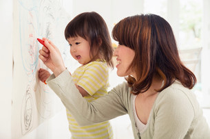 Mother and daughter drawingの写真素材 [FYI03498943]