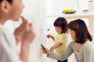 Mother and daughter having fun drawingの写真素材 [FYI03498944]