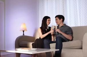 Couple toasting in celebrationの写真素材 [FYI03499153]
