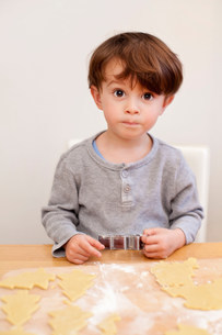 Boy making pastry shapes, portraitの写真素材 [FYI03499246]
