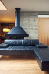 Black leather sofa in living roomの写真素材 [FYI03499373]