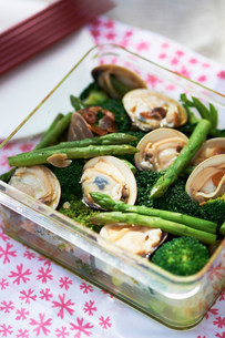 Fresh Japanese cuisine with asparagus, seafood and broccoliの写真素材 [FYI03499544]