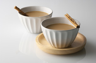 Still life of two bowls of drink with cinnamon sticksの写真素材 [FYI03499554]