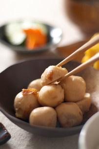 Still life of chopsticks picking up japanese dumplingの写真素材 [FYI03499559]