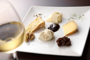 Still life with white wine and selection of cheesesの写真素材 [FYI03499580]