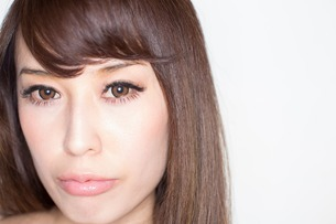 Portrait of brunette woman close upの写真素材 [FYI03499653]