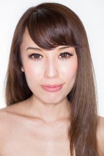 Portrait of brunette woman smilingの写真素材 [FYI03499655]