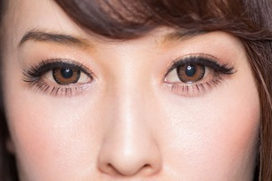 Portrait of woman with brown eyes close upの写真素材 [FYI03499656]
