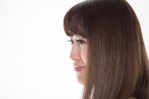 Portrait of brunette woman looking awayの写真素材 [FYI03499657]