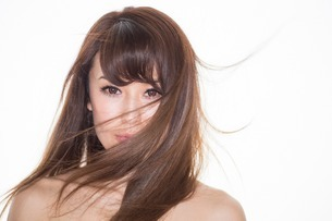 Portrait of brunette woman with windswept hairの写真素材 [FYI03499658]