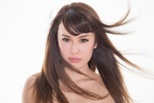 Portrait of brunette woman with windswept hairの写真素材 [FYI03499659]