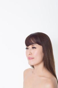 Portrait of brunette woman looking awayの写真素材 [FYI03499661]