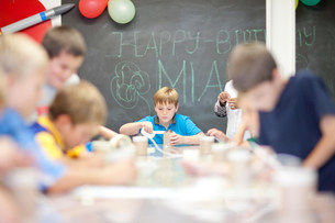 Boys making objects at children's birthday partyの写真素材 [FYI03500167]