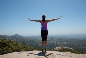 Woman with outstretched arms overlooking view of San Diego,の写真素材 [FYI03500433]