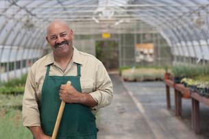 Mature man working in garden centre, portraitの写真素材 [FYI03500944]