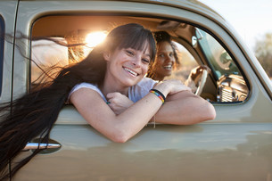 Young women travelling in car on road trip, portraitの写真素材 [FYI03500966]