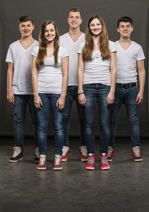 Five teenagers standing in a groupの写真素材 [FYI03501042]
