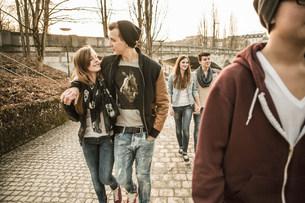 Five teenagers walking togetherの写真素材 [FYI03501072]