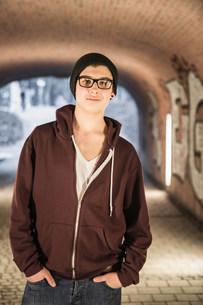 Teenager standing in underpassの写真素材 [FYI03501078]