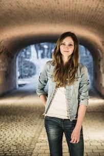 Teenager standing in underpassの写真素材 [FYI03501079]