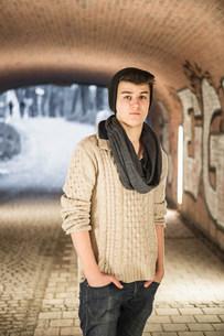 Teenager standing in underpassの写真素材 [FYI03501080]