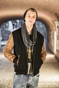 Teenager standing in underpassの写真素材 [FYI03501081]