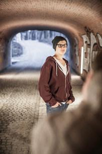 Teenager standing in underpassの写真素材 [FYI03501099]