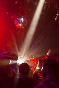 Nightclub scene with people dancing, disco ball, lighting eqの写真素材 [FYI03501222]