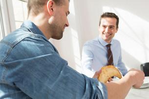 Two men having breakfast togetherの写真素材 [FYI03501273]