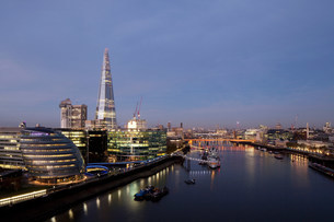 Shard and City Hall buildings, River Thames, London, UKの写真素材 [FYI03501488]